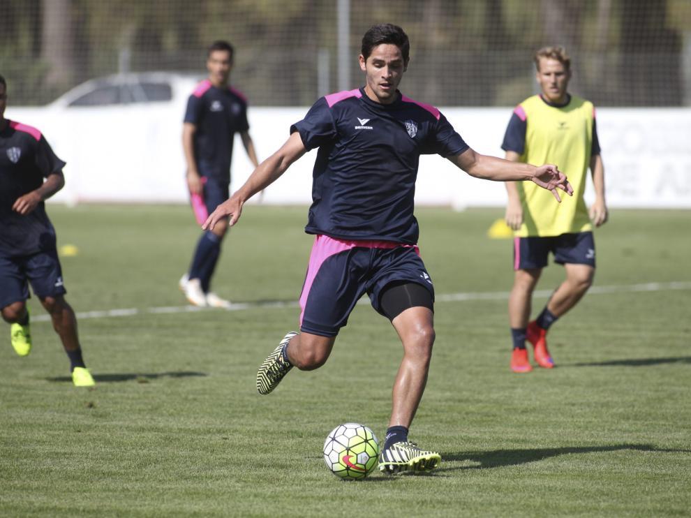 Jonathan Moya, en un entrenamiento con el Huesca