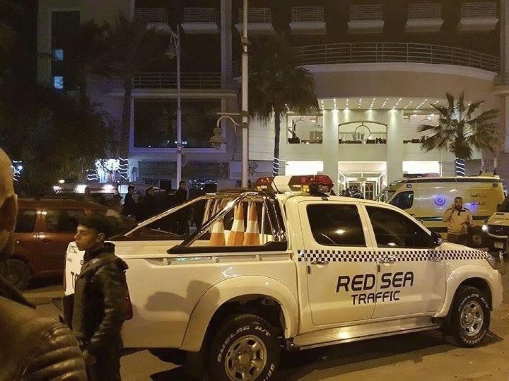 Policías vigilan el hotel atacado.