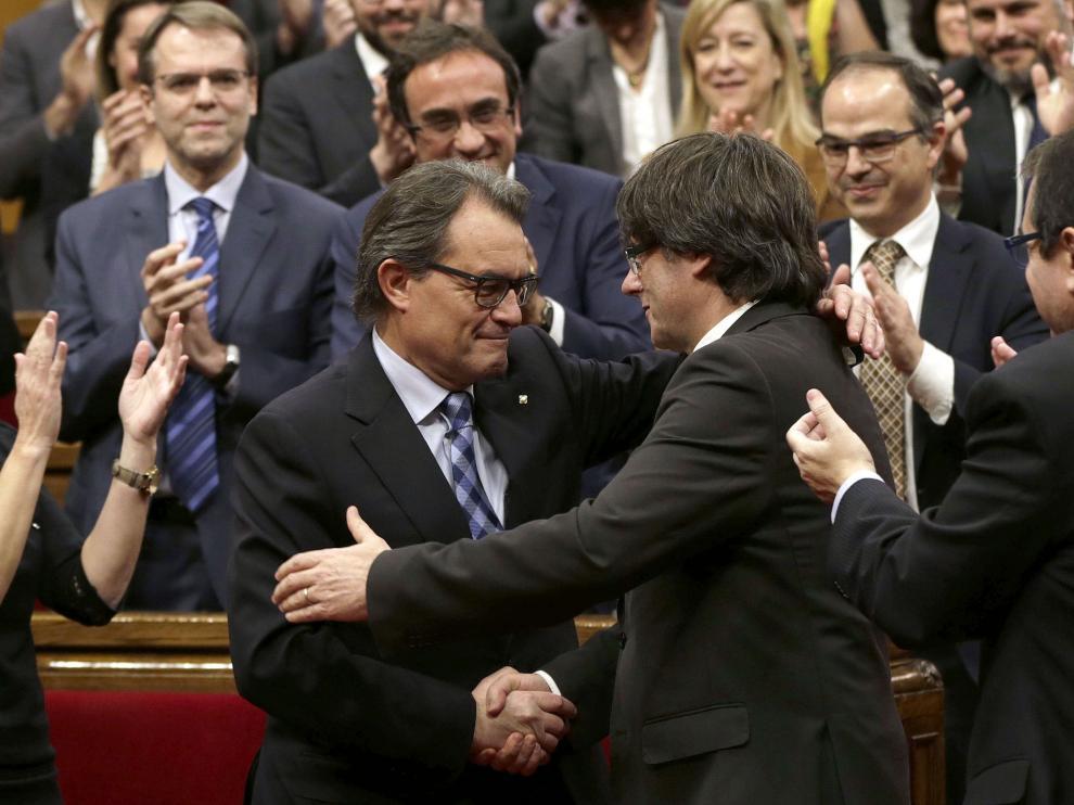 Saludo entre Artur Mas y Puigdemont.