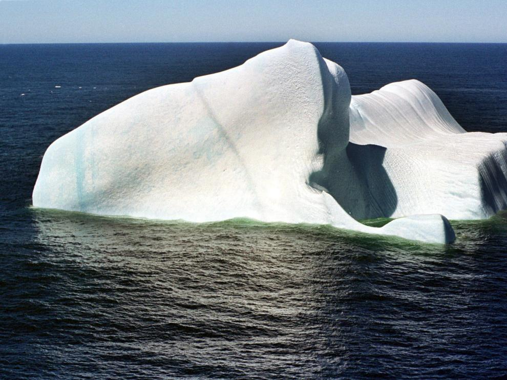 Un iceberg flota cerca de la costa de Argentina