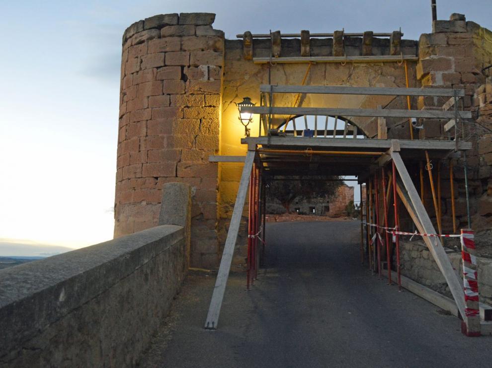 Trabajos de restauración de la puerta del Parador de Alcañiz