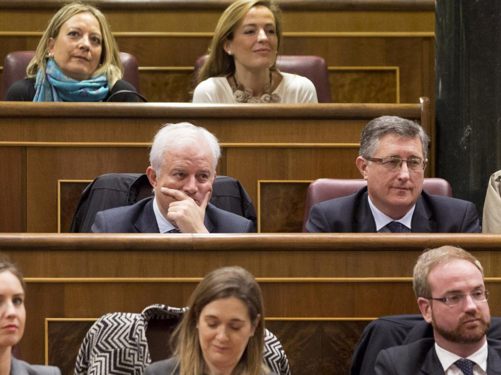 Los diputados del PP Eloy Suárez y Manuel Blasco (2ª fila izq.)