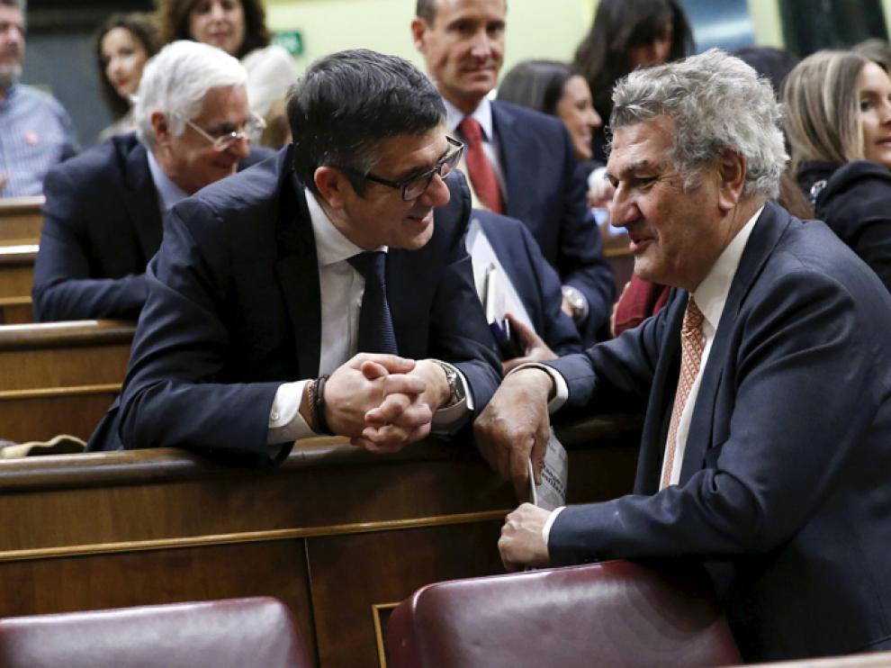 El presidente Jesús Posada (d) durante la cesión de la presidencia del Congreso a Patxi López (i)