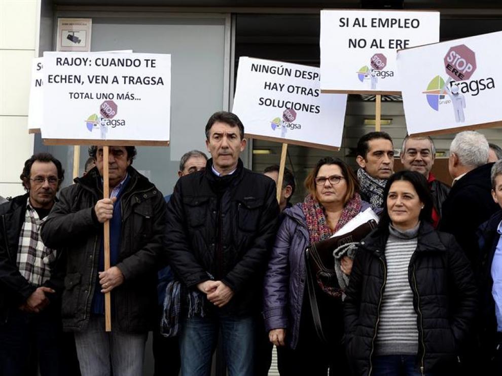 El secretario general de CCOO de Castilla y León, Ángel Hernández (3i), durante la visita que ha realizado a los trabajadores de Tragsa encerrados en la sede de esta empresa.