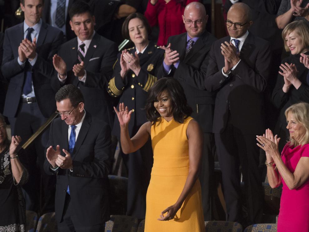 Se trata de un vestido de color amarillo anaranjado diseñado por el estadounidense de raíces cubanas Narciso Rodríguez.