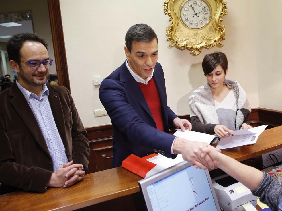 El secretario general del PSOE, Pedro Sánchez (d), acompañado por el portavoz de su grupo en el Congreso, Antonio Hernando, y la diputada Isabel Rodríguez,