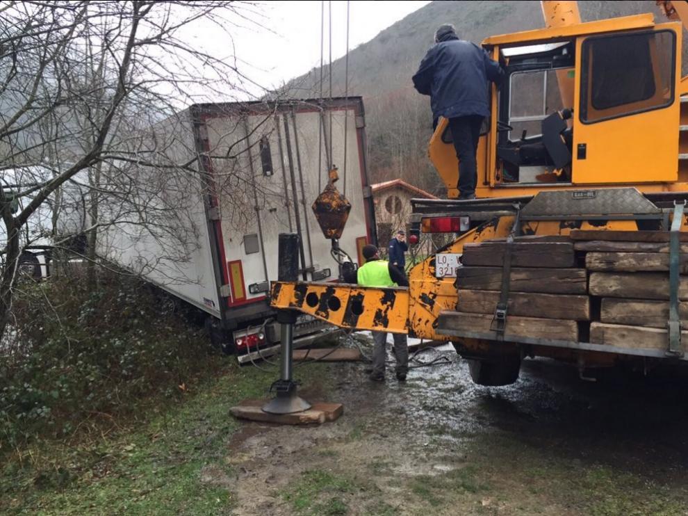 El camión tuvo que ser remolcado por una grúa de grandes dimensiones.