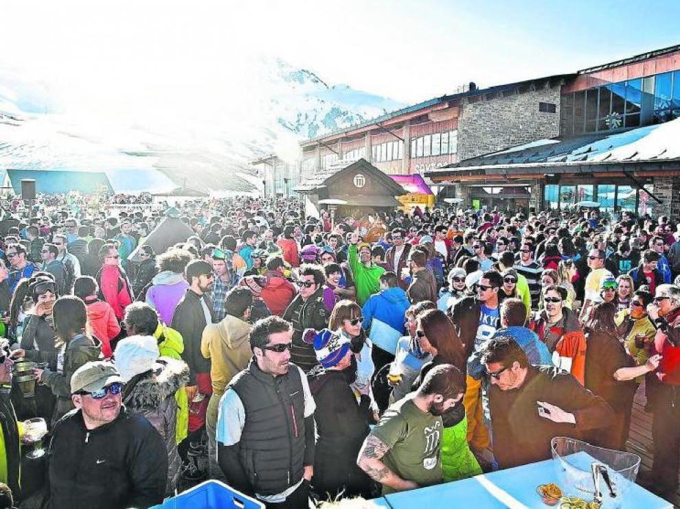 La terraza del Marchica, en Formigal, se llena tras las jornadas de esquí para disfrutar de música y copas.