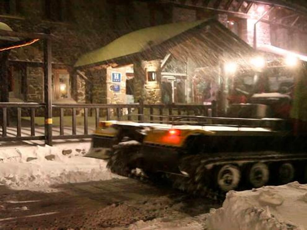 Noche de nieves en Llanos del Hospital, donde han caído entre 20 y 30 centímetros.