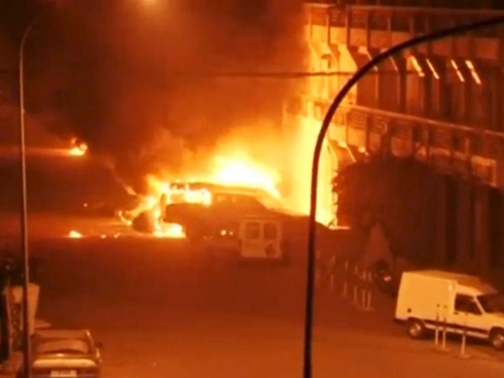 Imágenes de televisión del exterior del hotel Splendid asaltado en la capital de Burkina Faso.