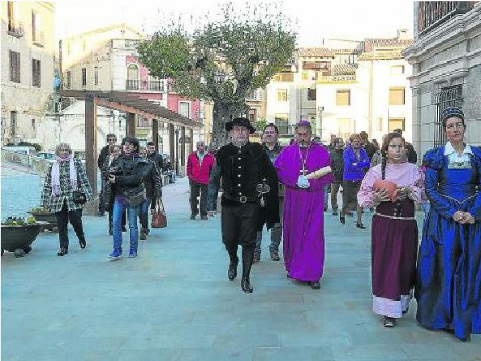 La teatralización recrea la visita que en diciembre de 1585 hizo Pedro Cerbuna, fundador  de la Universidad de Zaragoza, a su localidad tras ser nombrado obispo en las Cortes de Monzón.