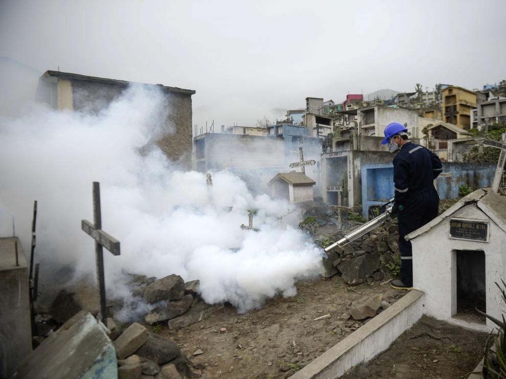 Un especialista fumiga un cementerio en Lima para prevenir el virus Zika.