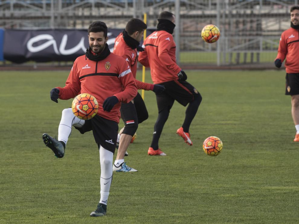 Ángel controla el balón en un entrenamiento del Real Zaagoza