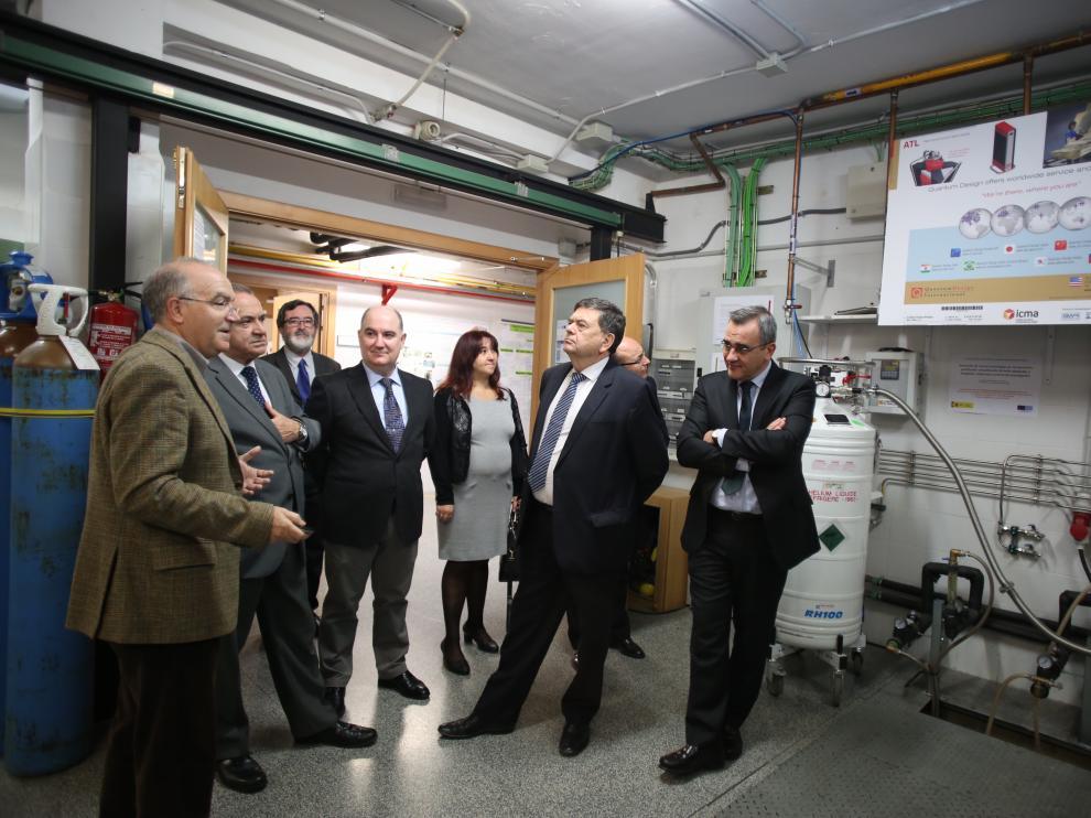 Rillo, a la izquierda en la imagen, junto al rector de la UZ y otros investigadores