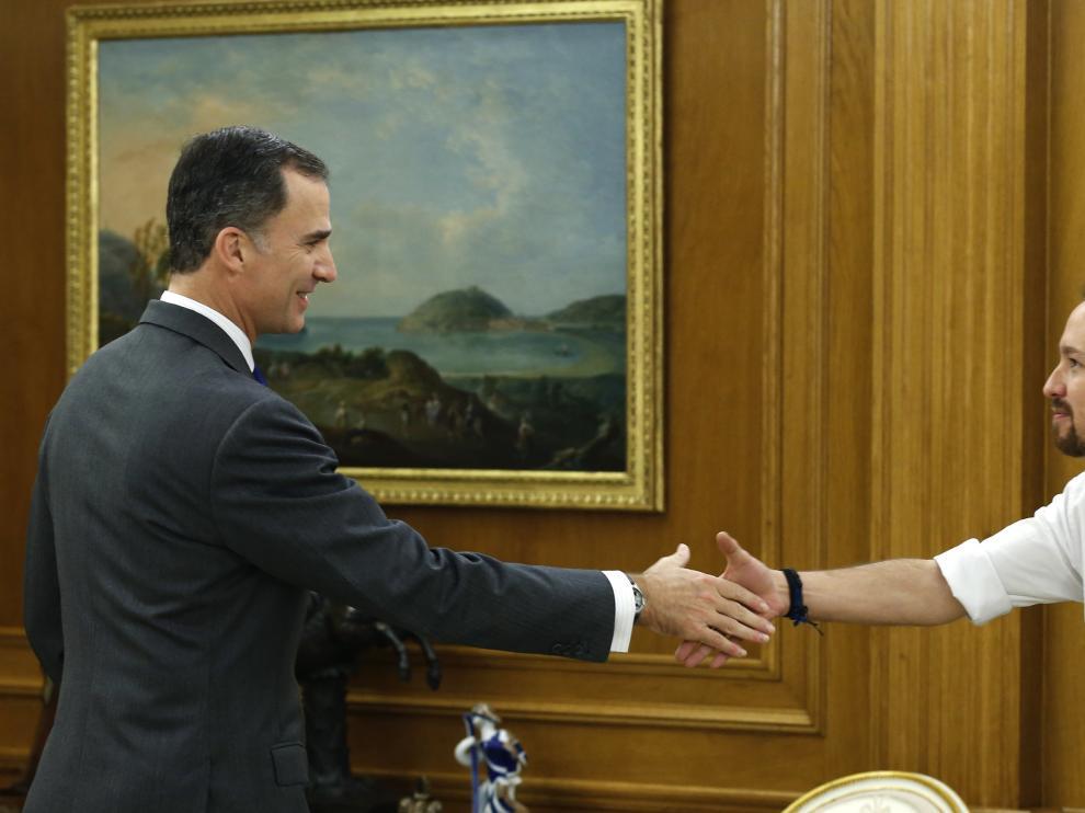 El Rey saluda a Pablo Iglesias delante de la prensa