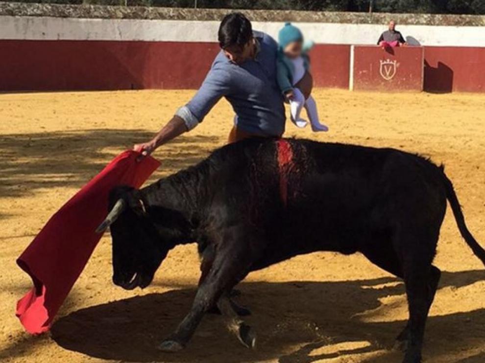 Fran Rivera torea una vaquilla con su hija en brazos