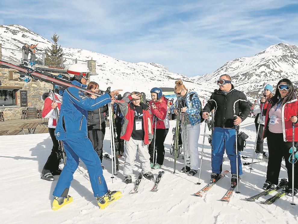 Parte del grupo inició la estancia con unas clases en la Escuela de Esquí de Formigal.