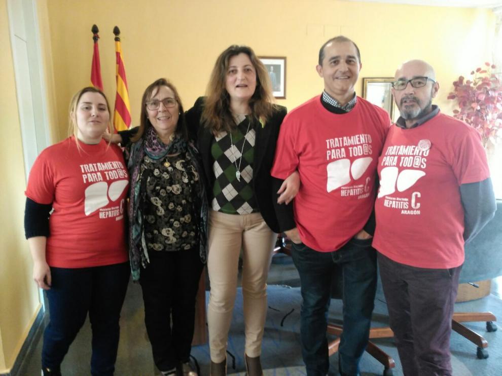 Manuel Urueña, a la derecha, en una reunión con la Directora del Servicio Provincial de Salud, en Huesca.