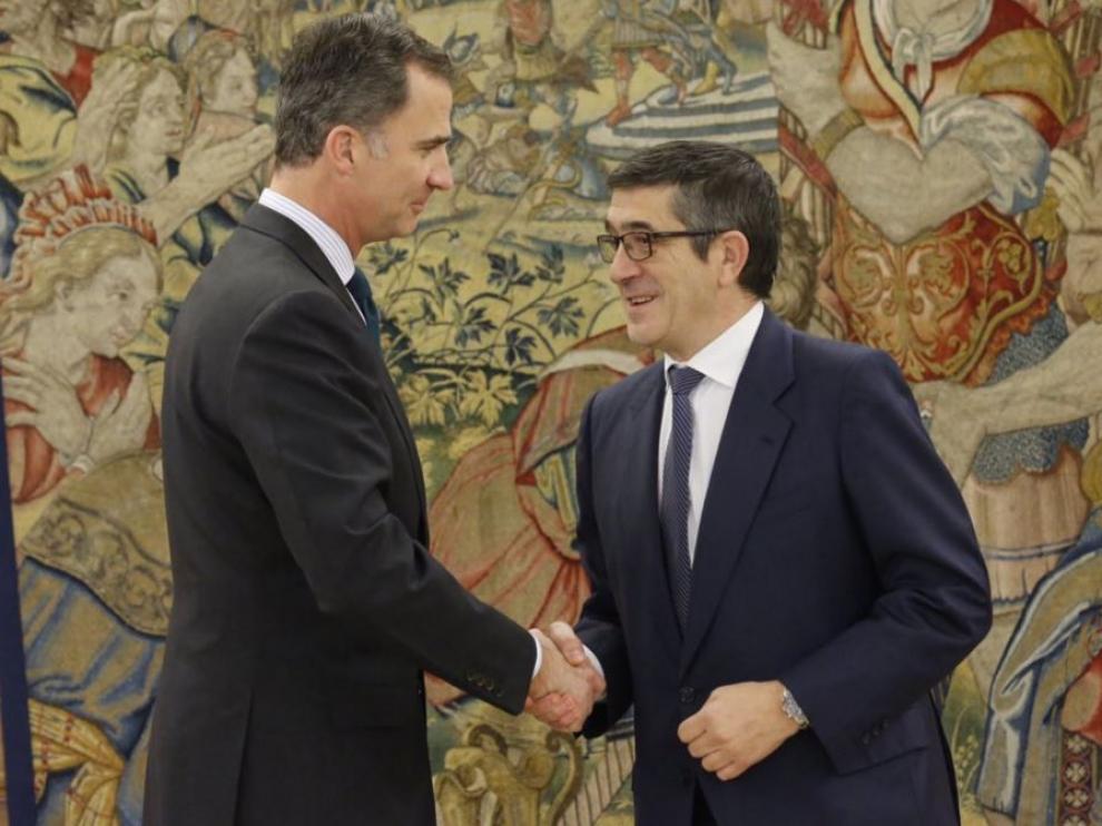 El Rey saluda a Patxi López, en una foto de archivo.