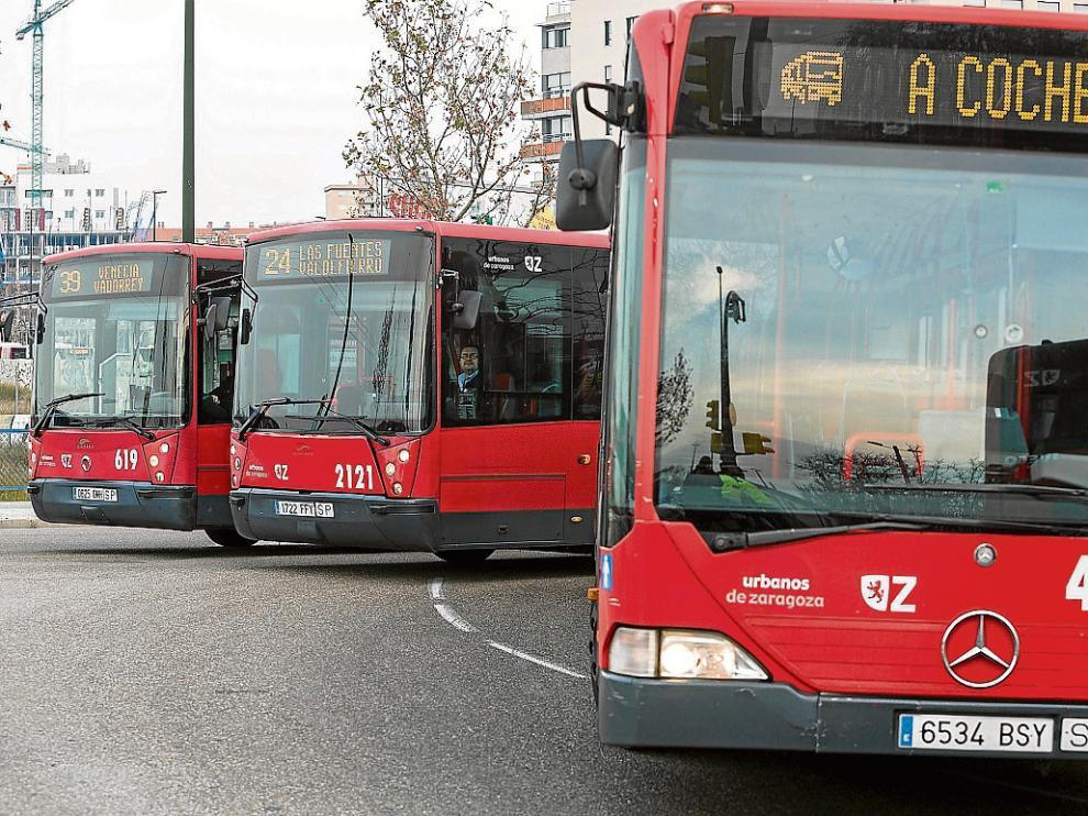 Tres autobuses se dirigen a las cocheras de la carretera de Castellón durante la huelga, imagen de archivo.