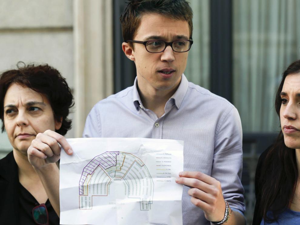 Errejón protesta por la ubicación de Podemos.