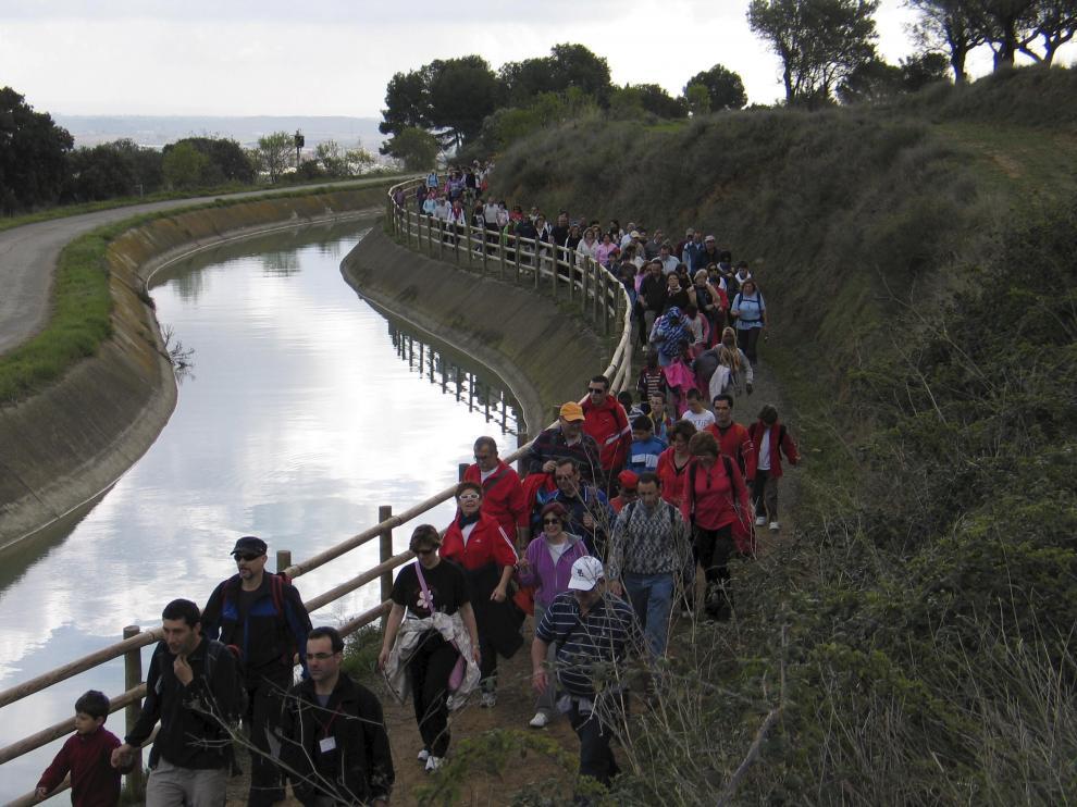 Un grupo de senderistas avanza por el Camino Natural de la Sierra de San Quílez.