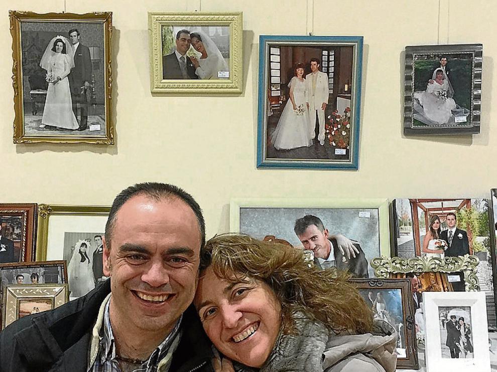 Héctor Felipe y Elena Asso recrean su foto, arriba en el centro.