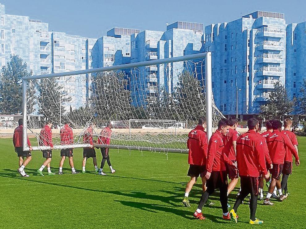 Los jugadores del Real Zaragoza transportan una portería, ayer, en un entrenamiento en Almería.