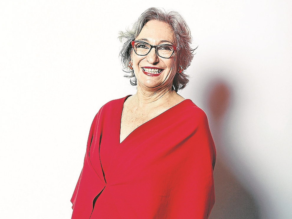 Luisa Gavasa, de rojo pasión.