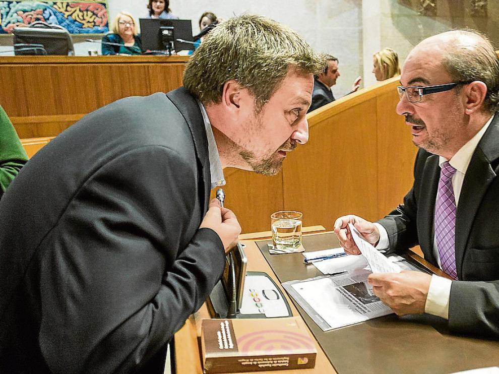 El presidente de CHA, José Luis Soro, y el secretario regional del PSOE, Javier Lambán, en un pleno.