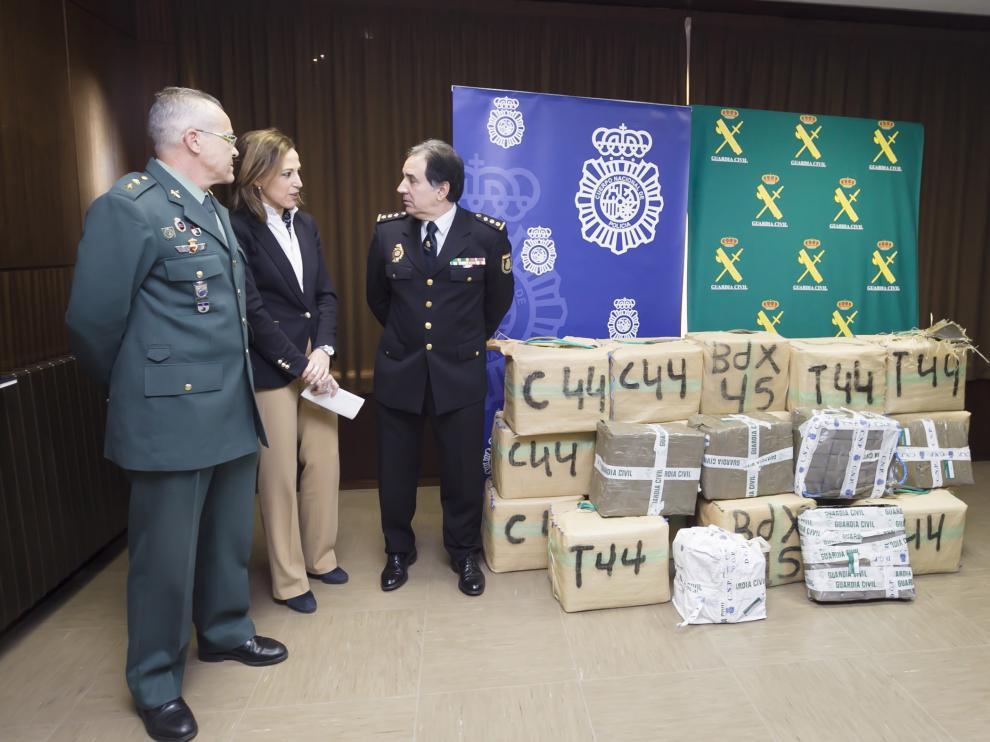 La subdelegada del Gobierno en Huesca, María Teresa Lacruz; el comisario provincial del Cuerpo Nacional de Policía, Fernando Pascual; y el teniente coronel jefe de la Comandancia de la Guardia Civil, Vicente Reig informan de la red desarticulada.