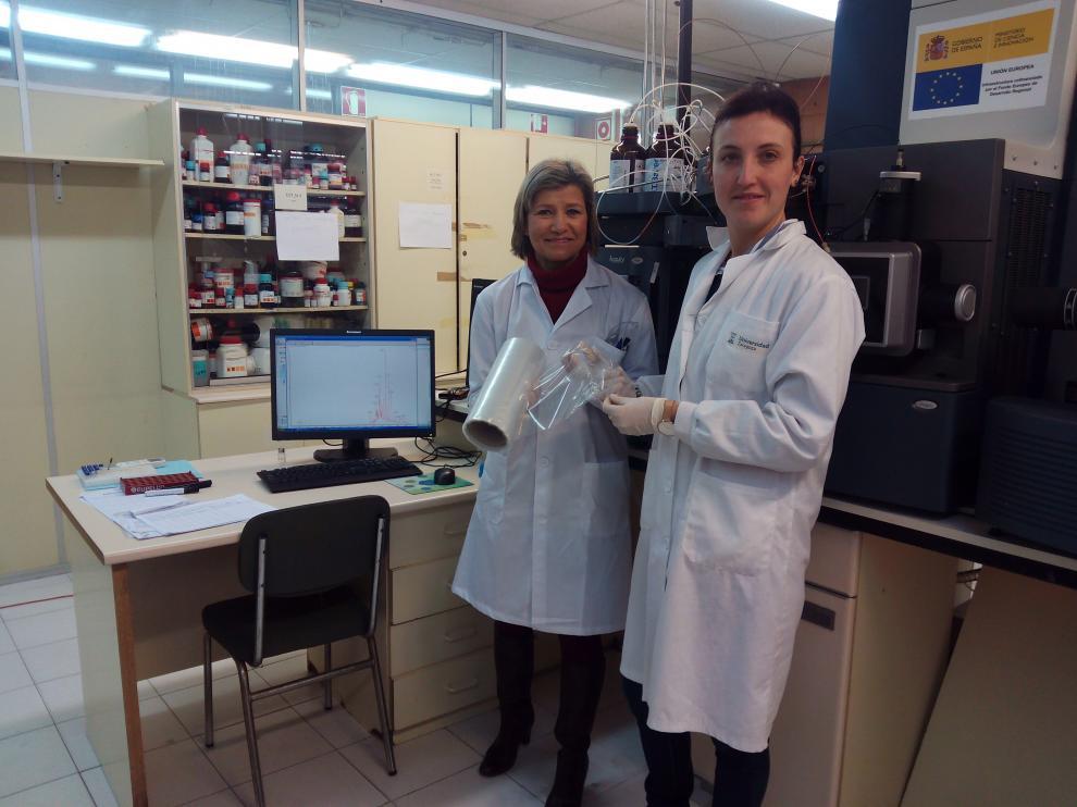 La doctora Cristina Nerín, en el centro de la foto, muestra el nuevo material.