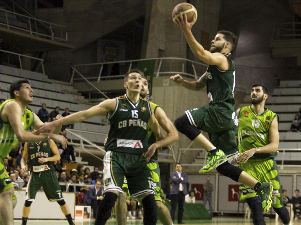 Los jugadores del Huesca, durante un partido