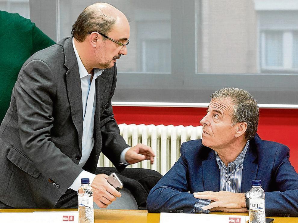Javier Lambán, de pie, se dirige a Antonio Cosculluela antes de la ejecutiva.