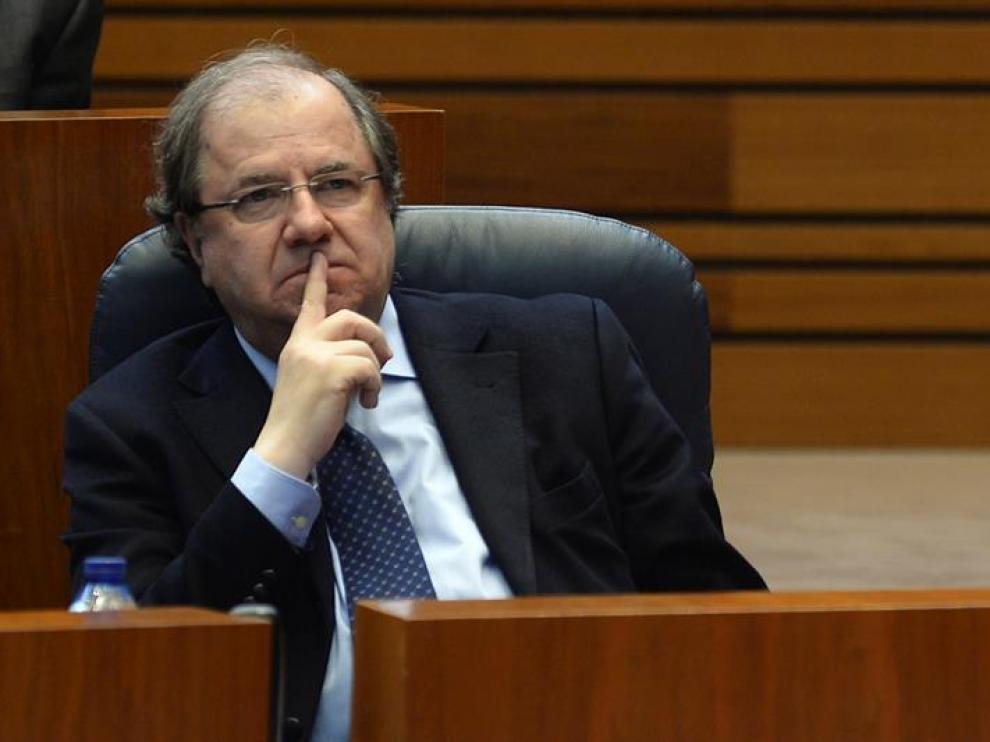 El presidente de la Junta de Castilla y León, Juan Vicente Herrera (d), durante una sesión plenaria en Valladolid.