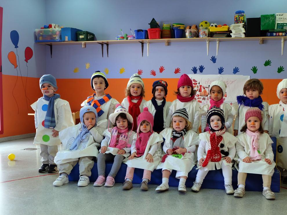 Alumnos y profesoras se han disfrazado de muñecos de nieve.