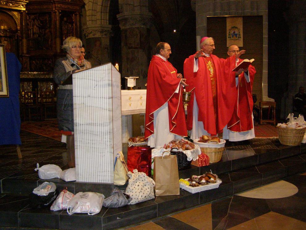 El obispo de la diócesis ha bendecido los bollos dulces realizados en honor a la santa.