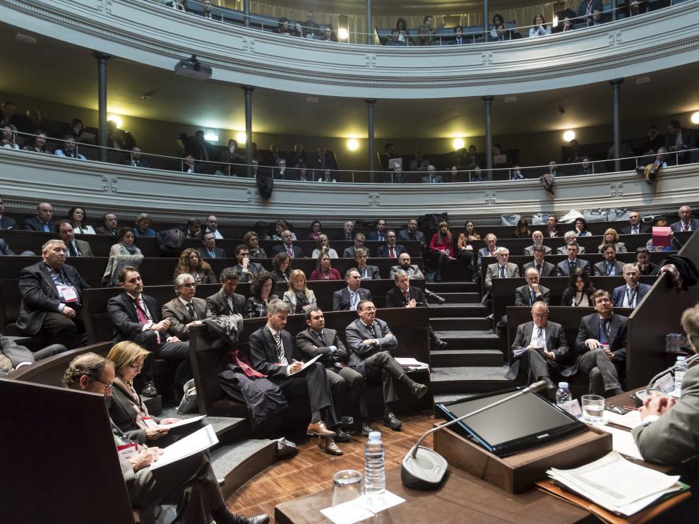 Los asistentes al congreso de Derecho Administrativo, ayer, en el Aula Magna del Paraninfo.