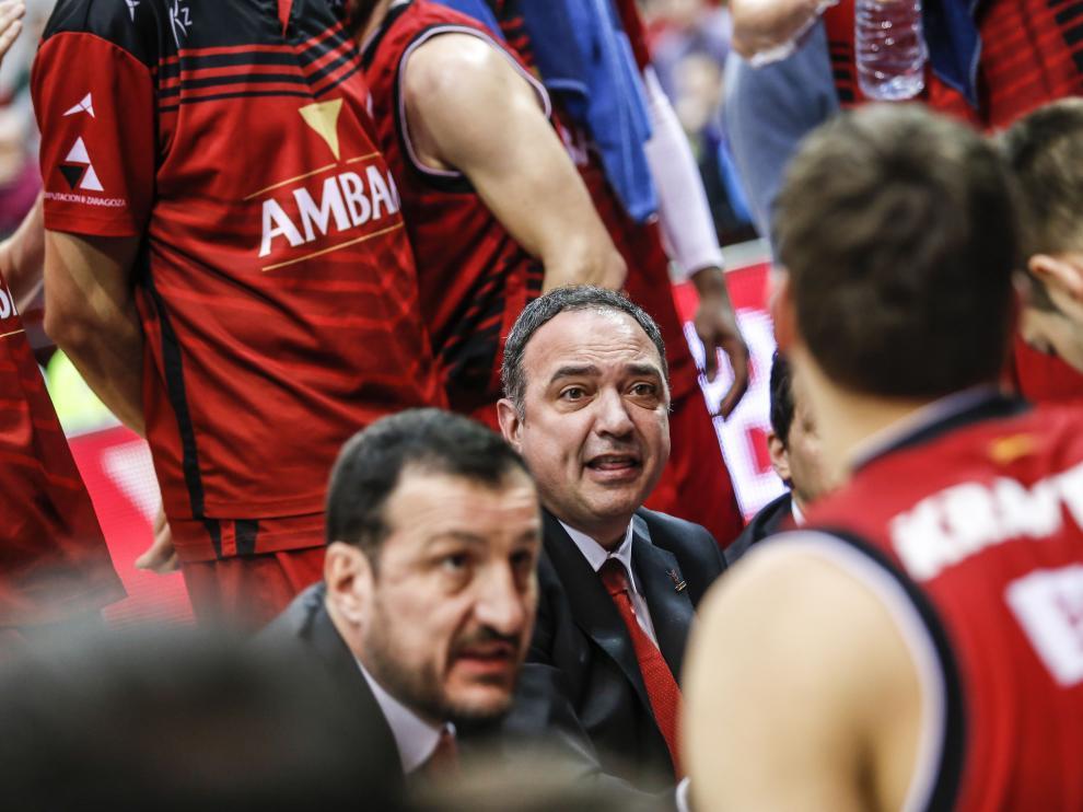 Casadevall y Pep Cargol dan instrucciones a sus jugadores durante un partido