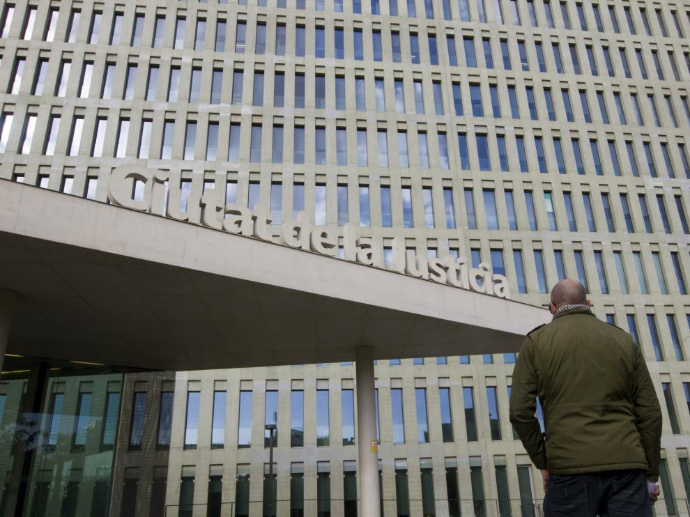 El padre que denunció el caso de abusos a su hijo por parte de un profesor de un colegio de Maristas de Barcelona, ante la Ciudad de la Justicia.
