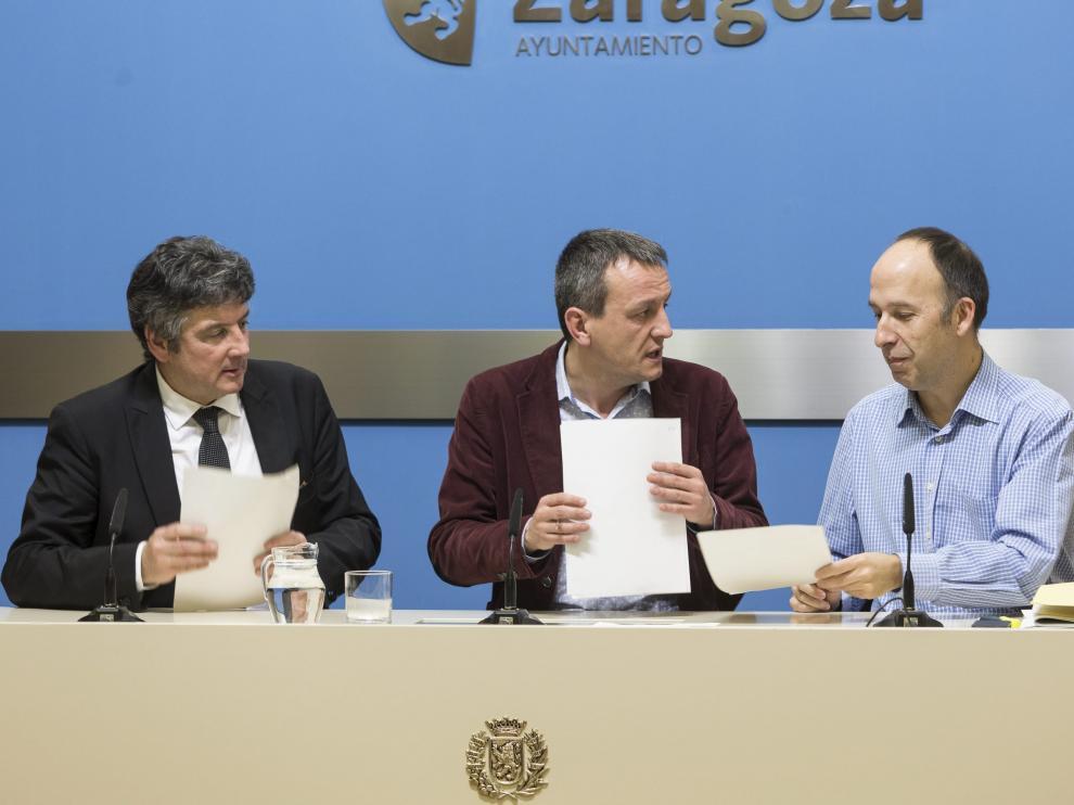 El edil socialista Javier Trívez; el concejal de Economía, Fernando Rivarés, y el portavoz de CHA, Carmelo Asensio.