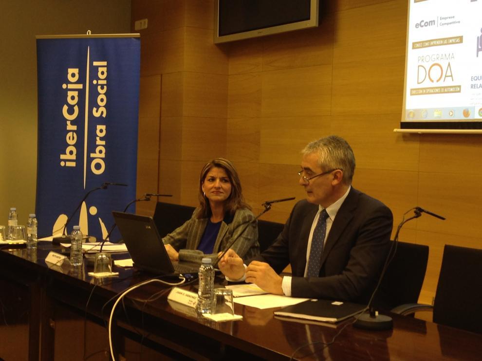 Mayte Santos, nueva directora del Centro Ibercaja de Desarrollo Empresarial Ibercide, y Juan Carlos Sánchez,  director de la obra social.