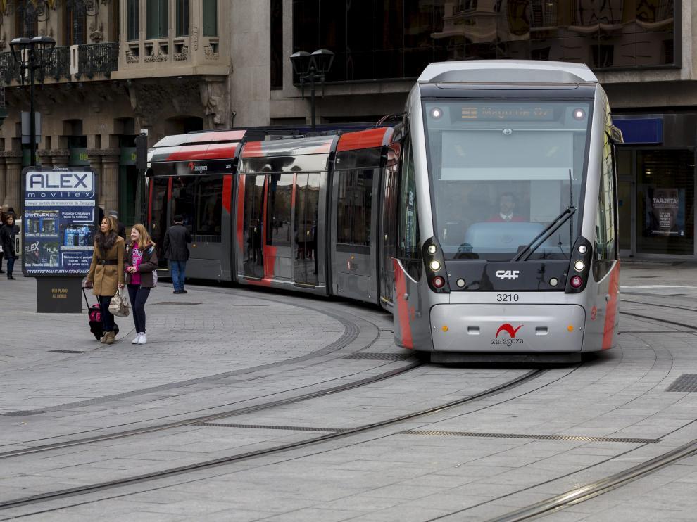 Un tranvía entra en la plaza de España procedente del Coso.