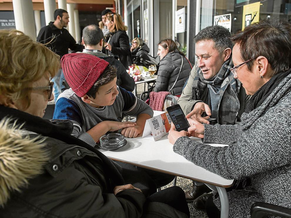 Unos clientes hacen su pedido a través del móvil en el Café Cielo de Zaragoza.