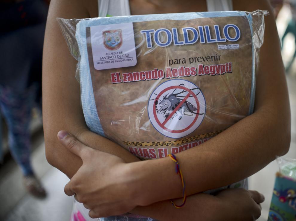 Una mujer embarazada sujeta un mosquitero contra el virus del Zika en Colombia.