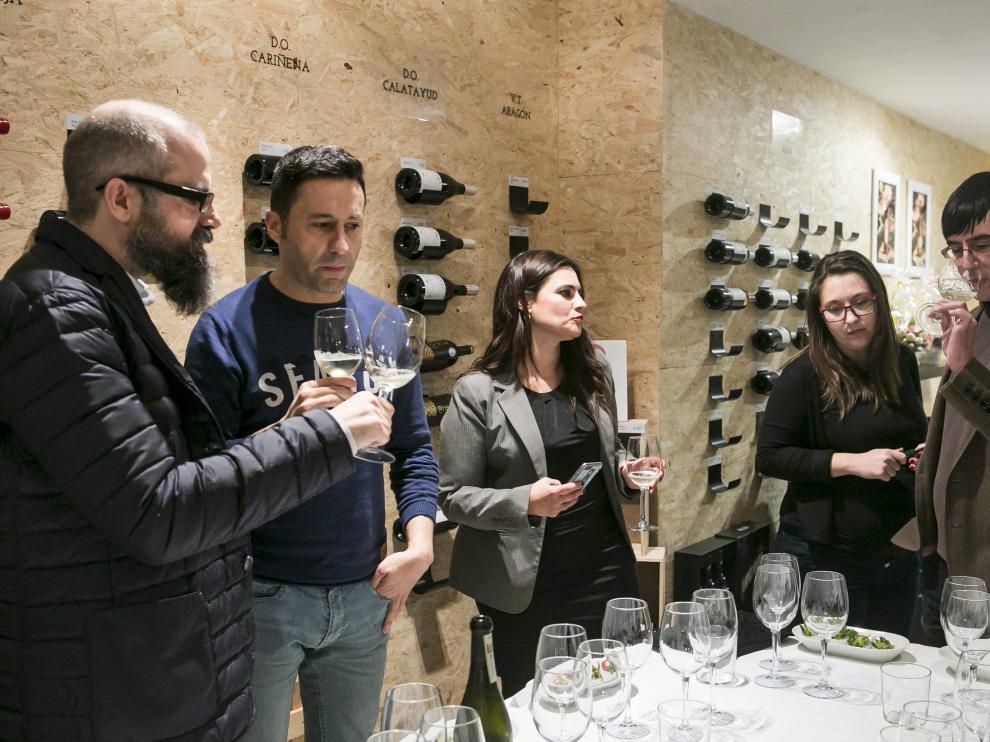 Los invitados a la cata de vino y fresas disfrutaron de una gran experiencia.