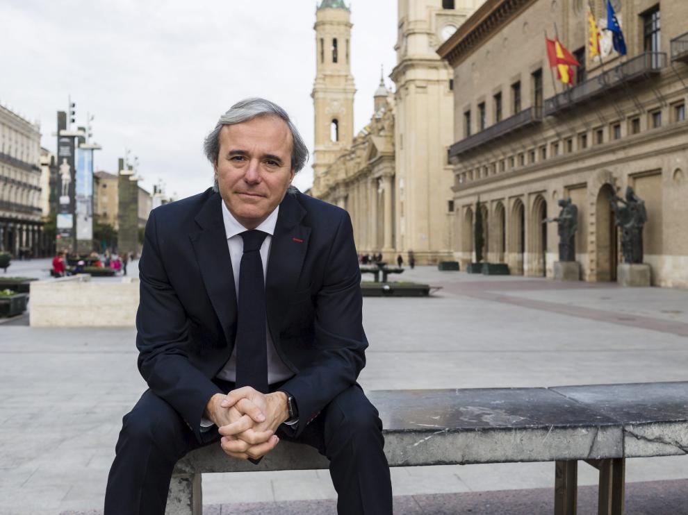 Jorge Azcón posa en la plaza del Pilar en su primera entrevista como portavoz del PP.
