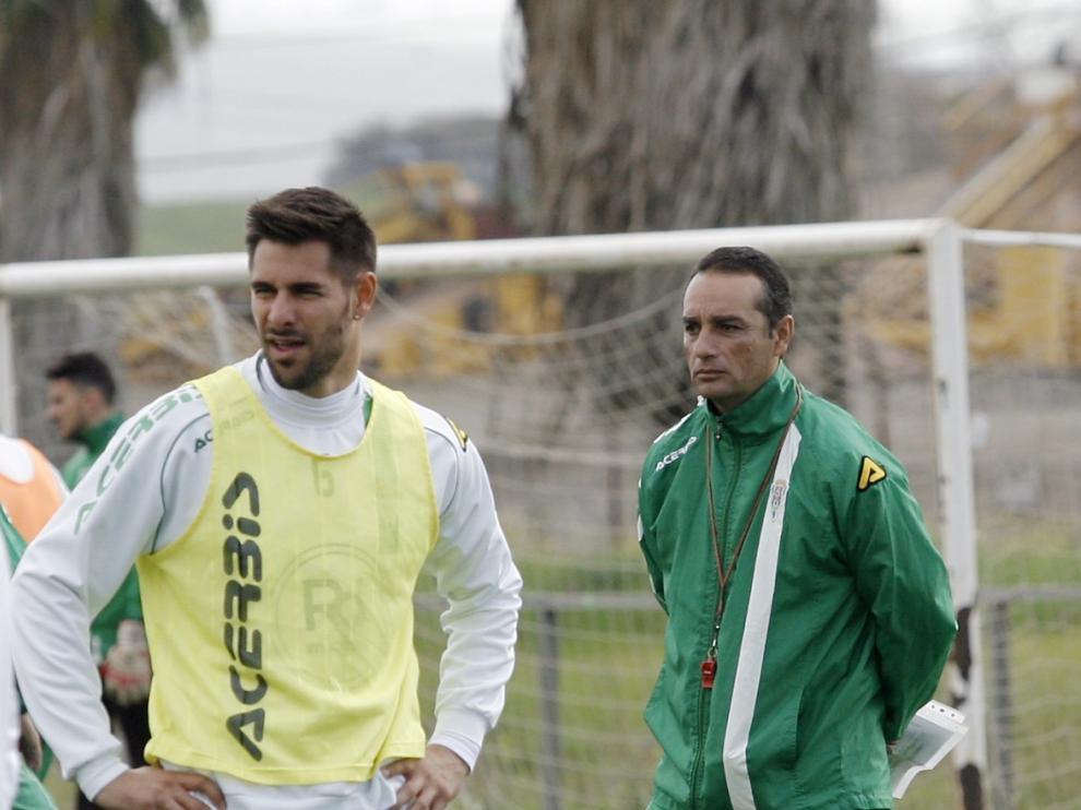 El zaragozano Luso Delgado, uno de los capitanes del Córdoba, en un entrenamiento de esta semana junto a José Luis Oltra, el técnico blanquiverde.