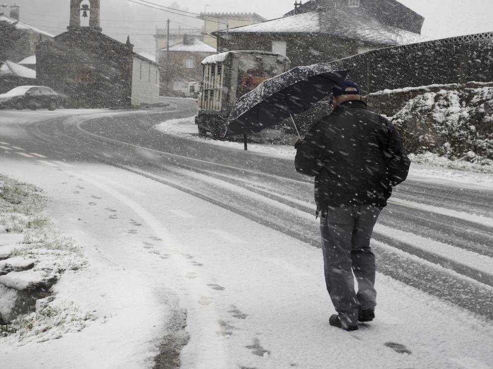 Un vencino de O Cádavo, en Lugo, se protege de la nieve.