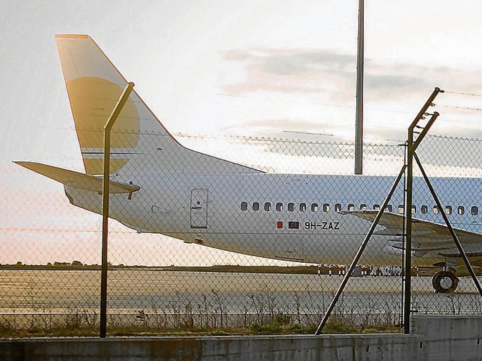 La base de operaciones de la compañía, de Zaragoza a Huesca. El Boeing 737-400 de la empresa aragonesa utiliza ahora el aeropuerto oscense, donde está aparcado desde hace justo una semana a la espera de cubrir nuevos servicios para otras aerolíneas.